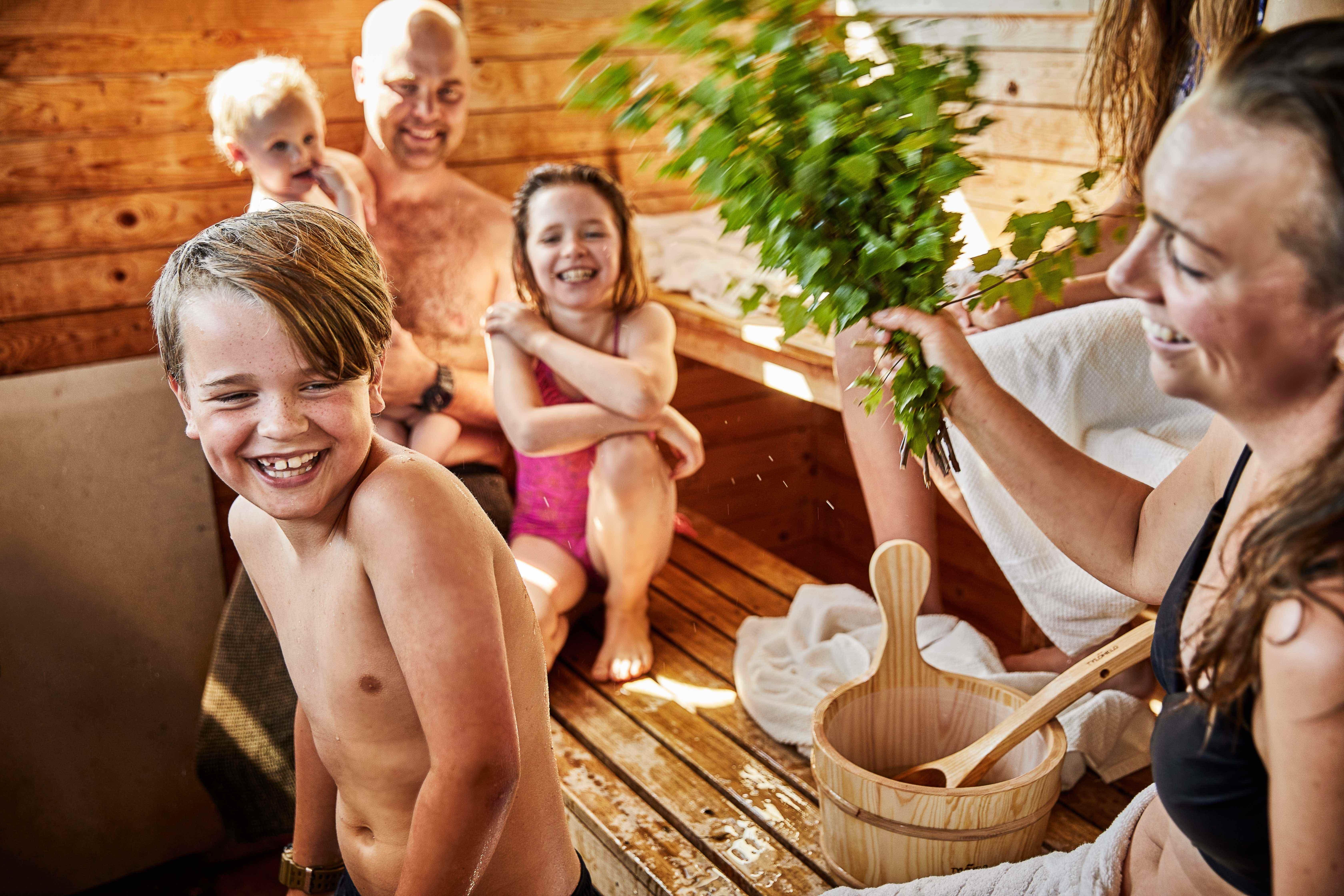 бани голые семьи видео - 1